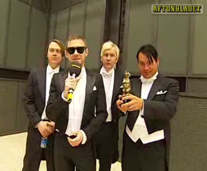 kent accepts the Rockbjörnen award for Best Swedish album 2007
